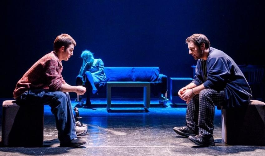 """Μικρές Ιστορίες για αγρίους  – Τα """"σπάει"""" η εφηβική παράσταση στην εφηβική σκηνή του Εθνικού Θεάτρου"""