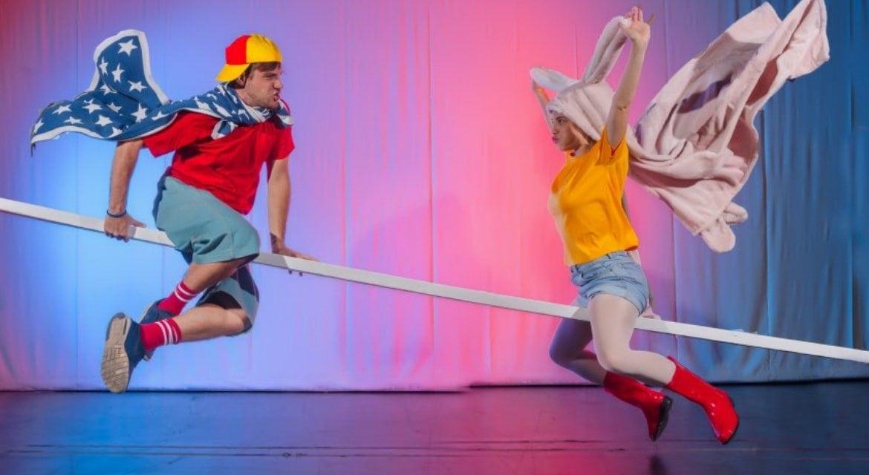 «Η τραμπάλα» του Στιούαρτ Μέλτον – Μικρό Εθνικό Θέατρο